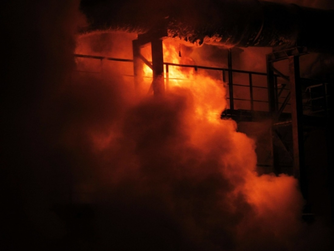 Пожар навоенных складах рядом сИчней продолжается: оперативная информация