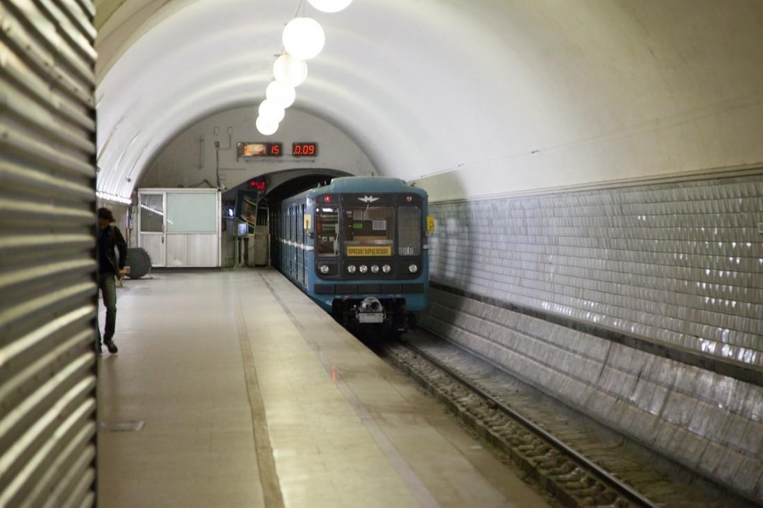В российской столице полицейский бросился под поезд, чтобы спасти упавшего нарельсы мужчину