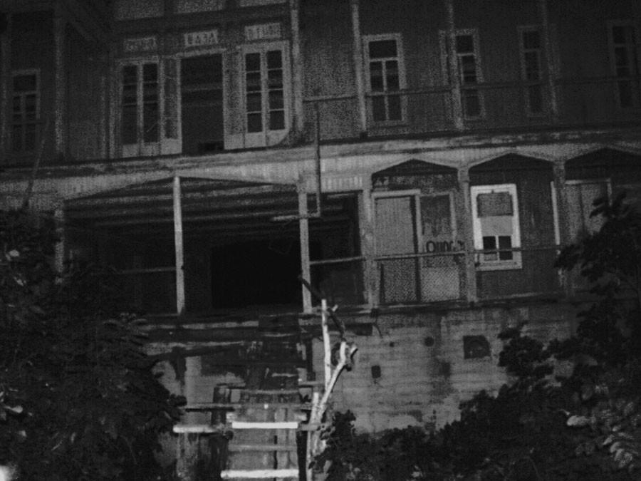 «Привидение» погуляло постаринному дому ипопало навидео