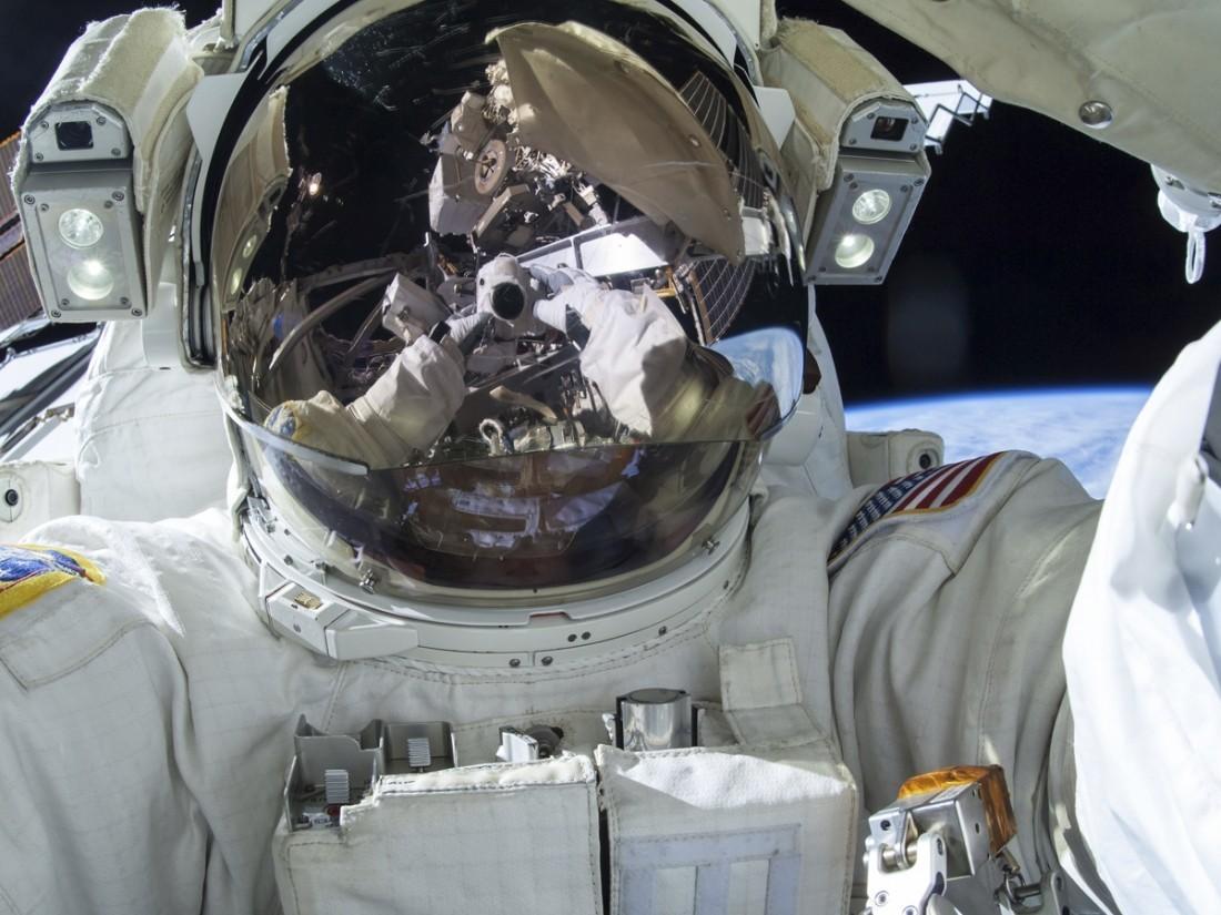 Американские астронавты вышли воткрытый космос для ремонта роботизированной руки