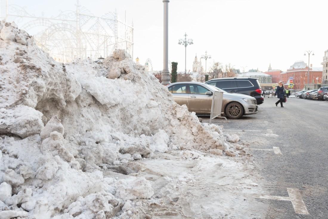 Коммунальщики красят снег белой краской— Видео изКрасноярска