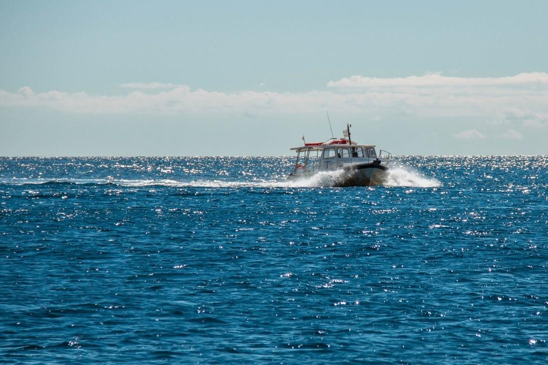 ВИндийском океане спасли дрейфовавших мужчину икота