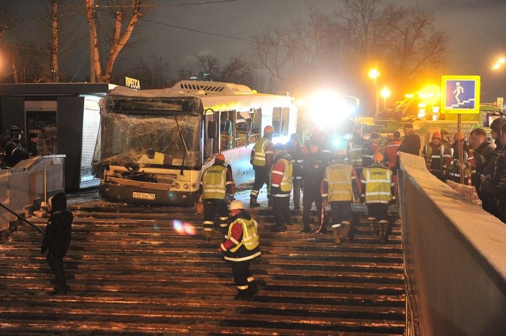 Устроивший ДТП у«Славянского бульвара» автобус выехал свывернутыми колесами