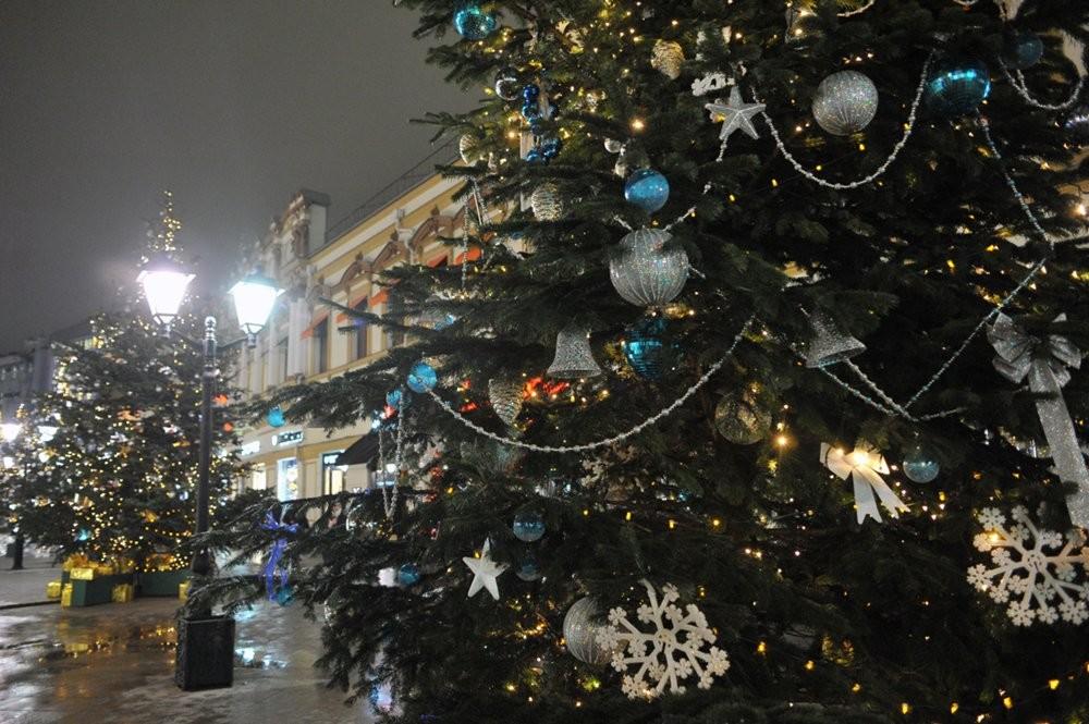 Дизайнеры Юдашкин иЧапурин украсили елки в столицеРФ
