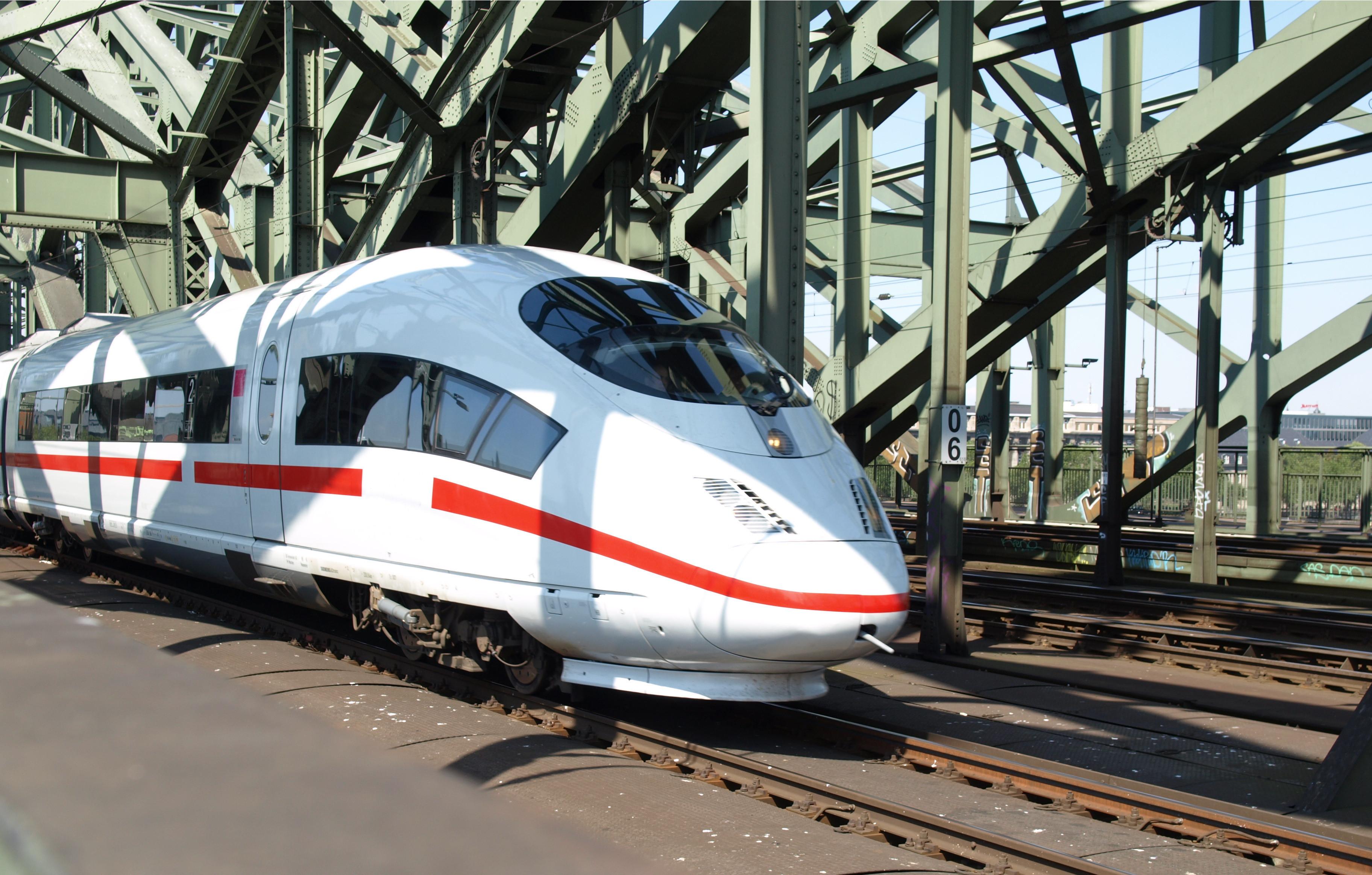 Высокоскоростной пассажирский поезд сошел срельсов вСША