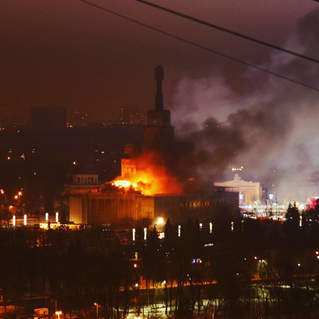 Наглавном павильоне ВДНХ загорелись строительные леса