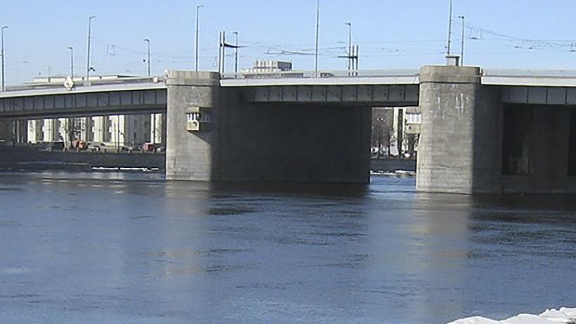 Самопроизвольное разведение моста вПетербурге чуть неубило троих водителей