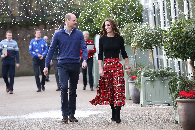 Кейт Миддлтон и принц Уильям поиграли в снежки на рождественской вечеринке