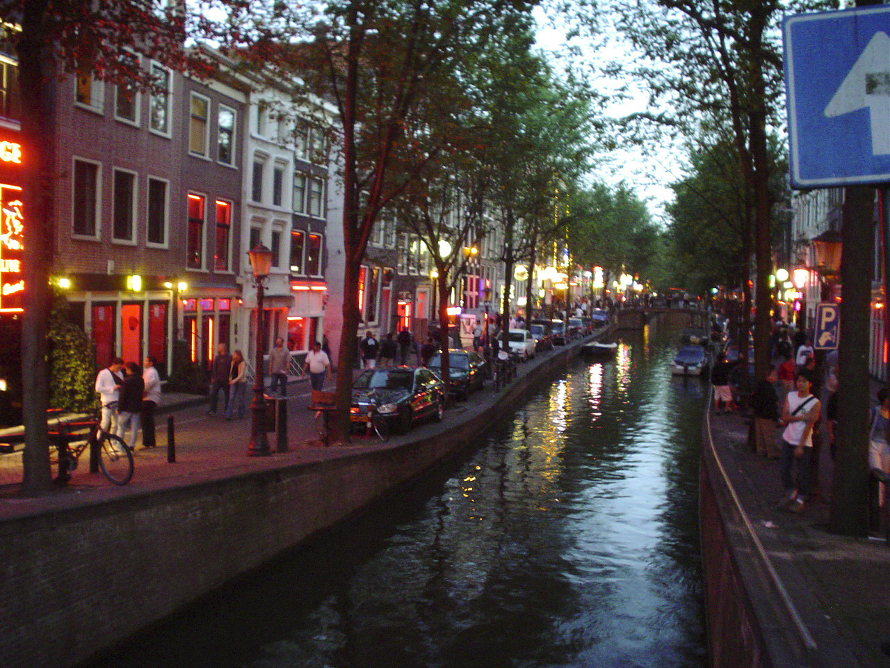 ВАмстердаме туристов вынудили поворачиваться спиной квитринам вКвартале красных фонарей