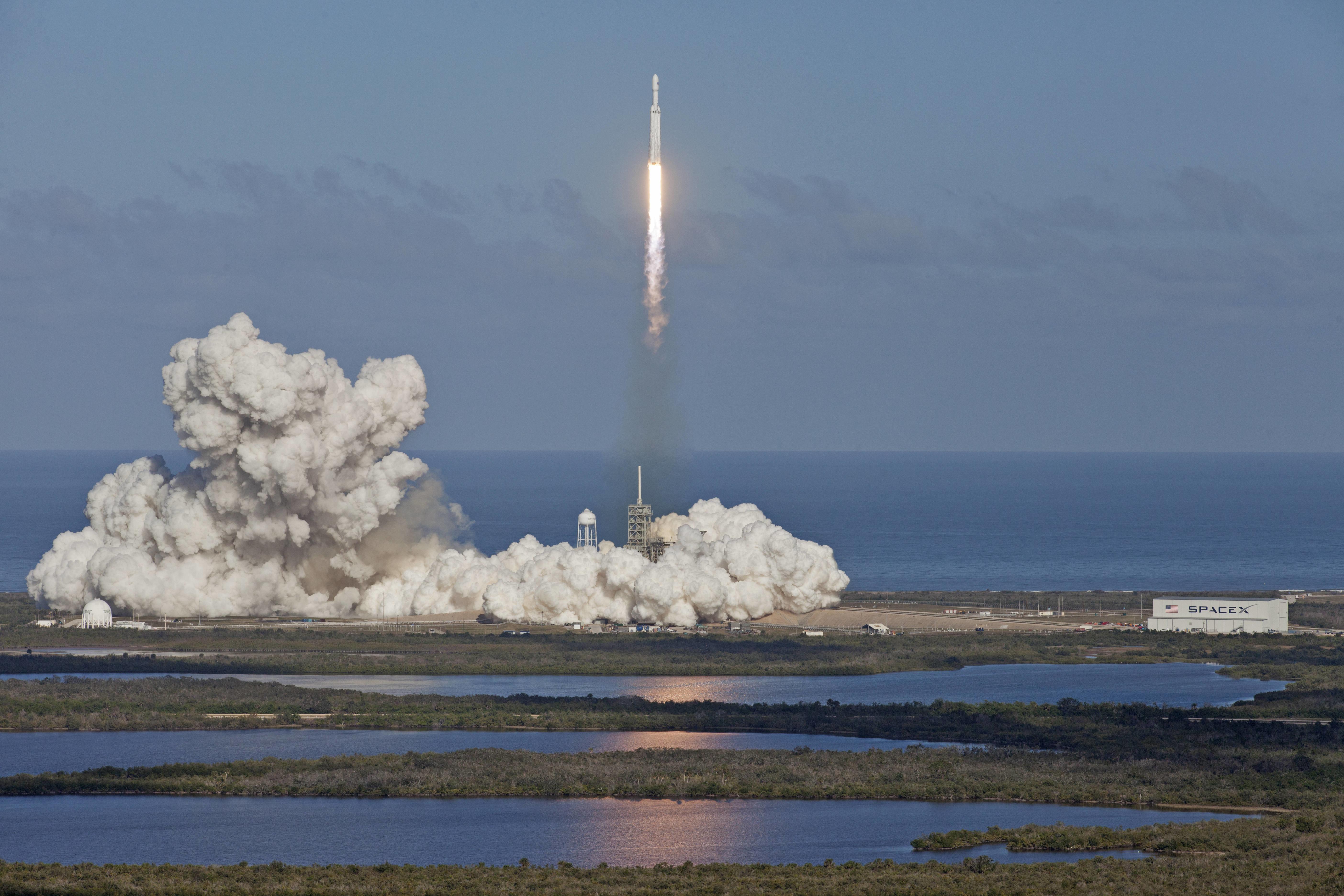 Автомобиль Маска признан спутником— Запуск Falcon Heavy