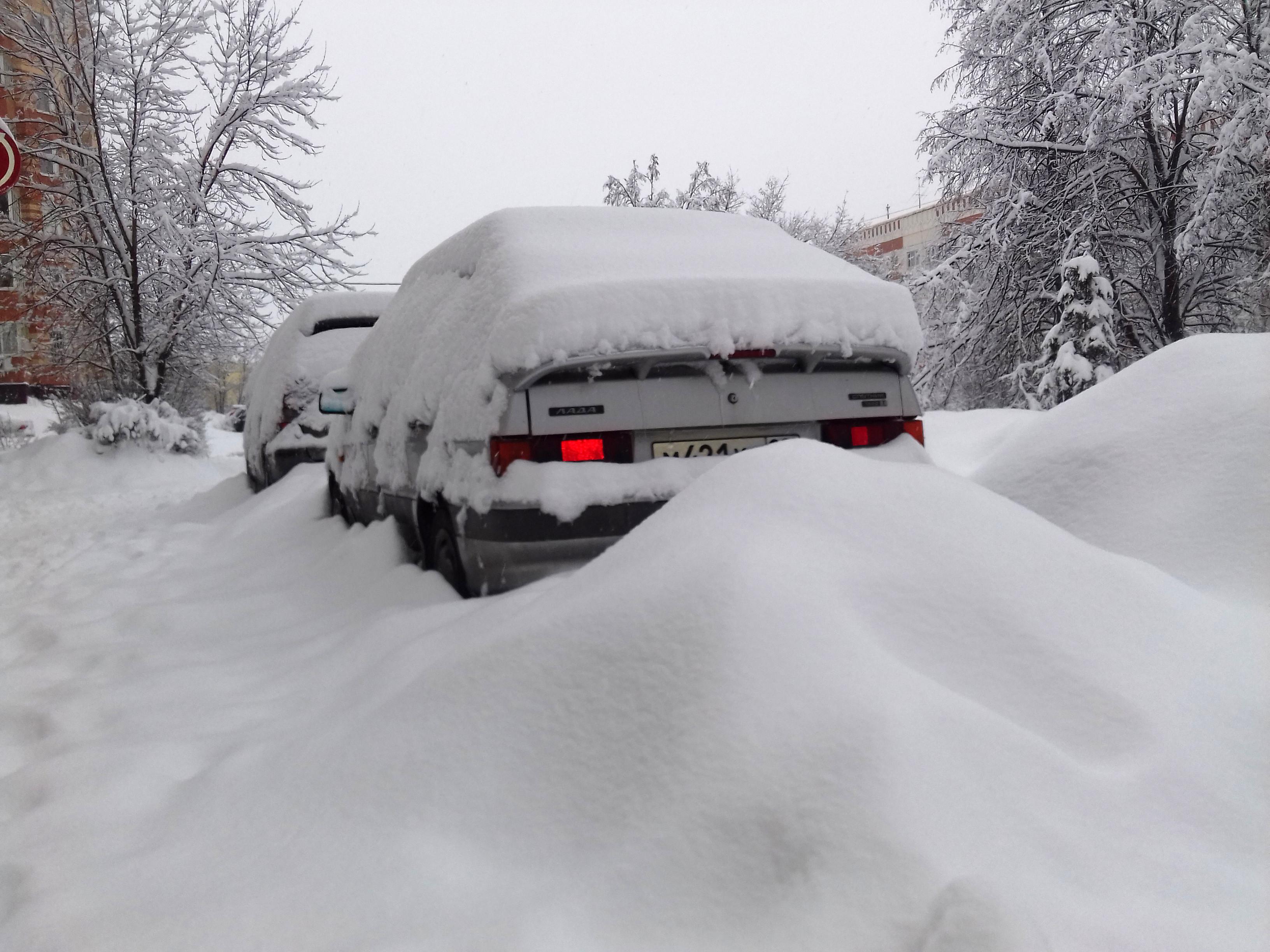 Попробуй откопайся: Московский регион оказался в снежном плену