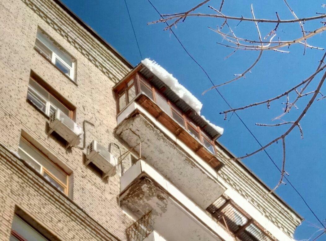 Оттепель в Москве: упавшие с крыши сосульки повредили несколько авто