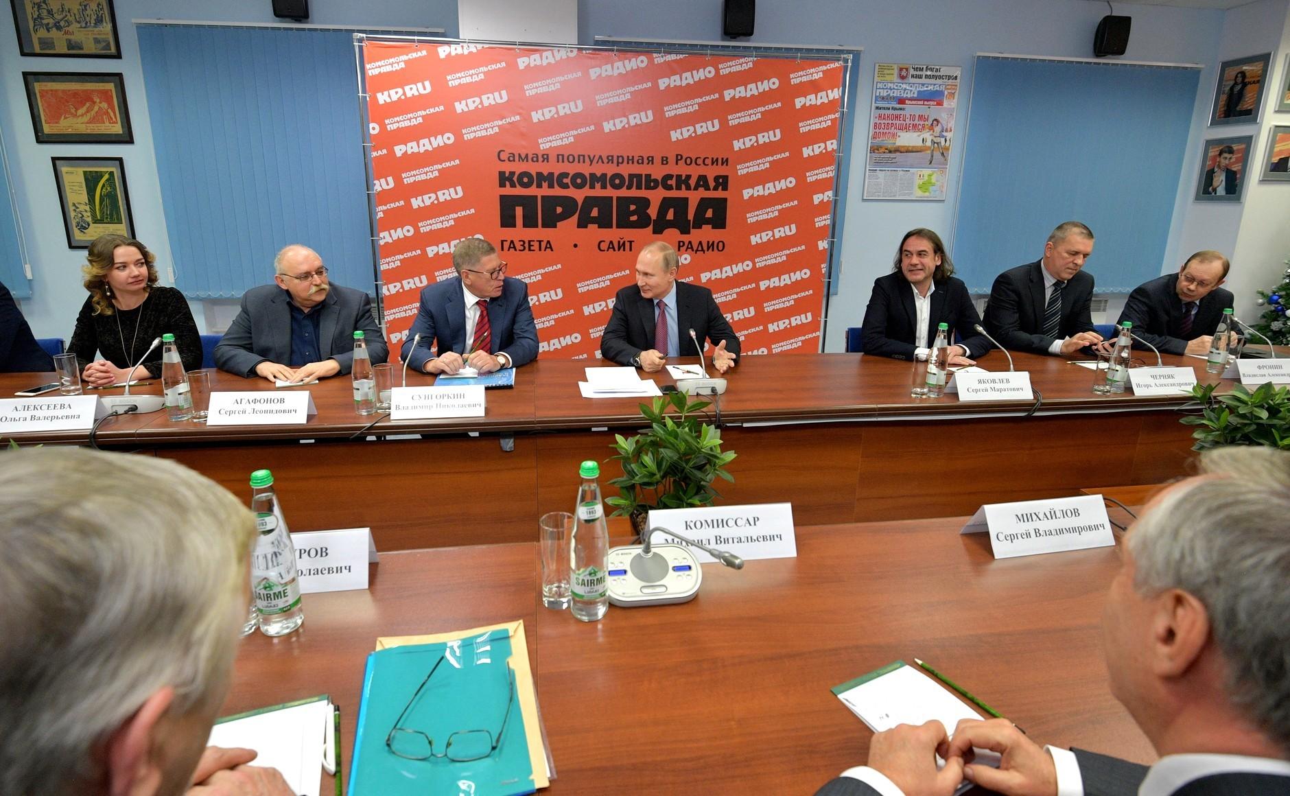 Путин отдыхает только на отчизне , однако  отдых Порошенко наМальдивах неосуждает
