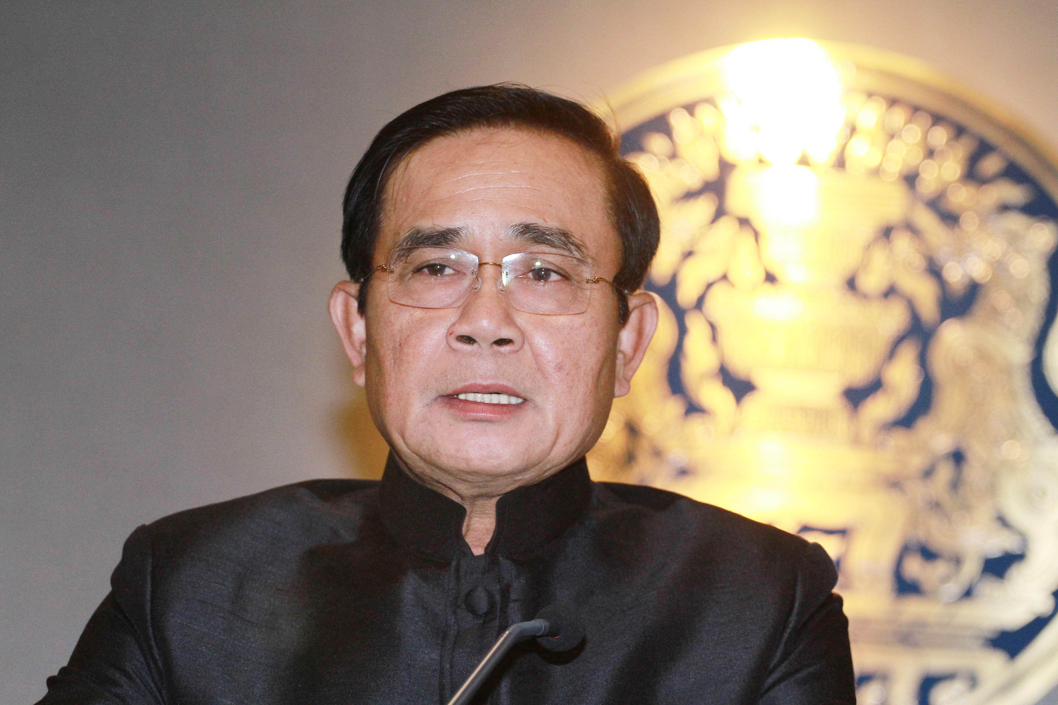 Премьер Таиланда предложил репортерам задать острые вопросы его картонной копии