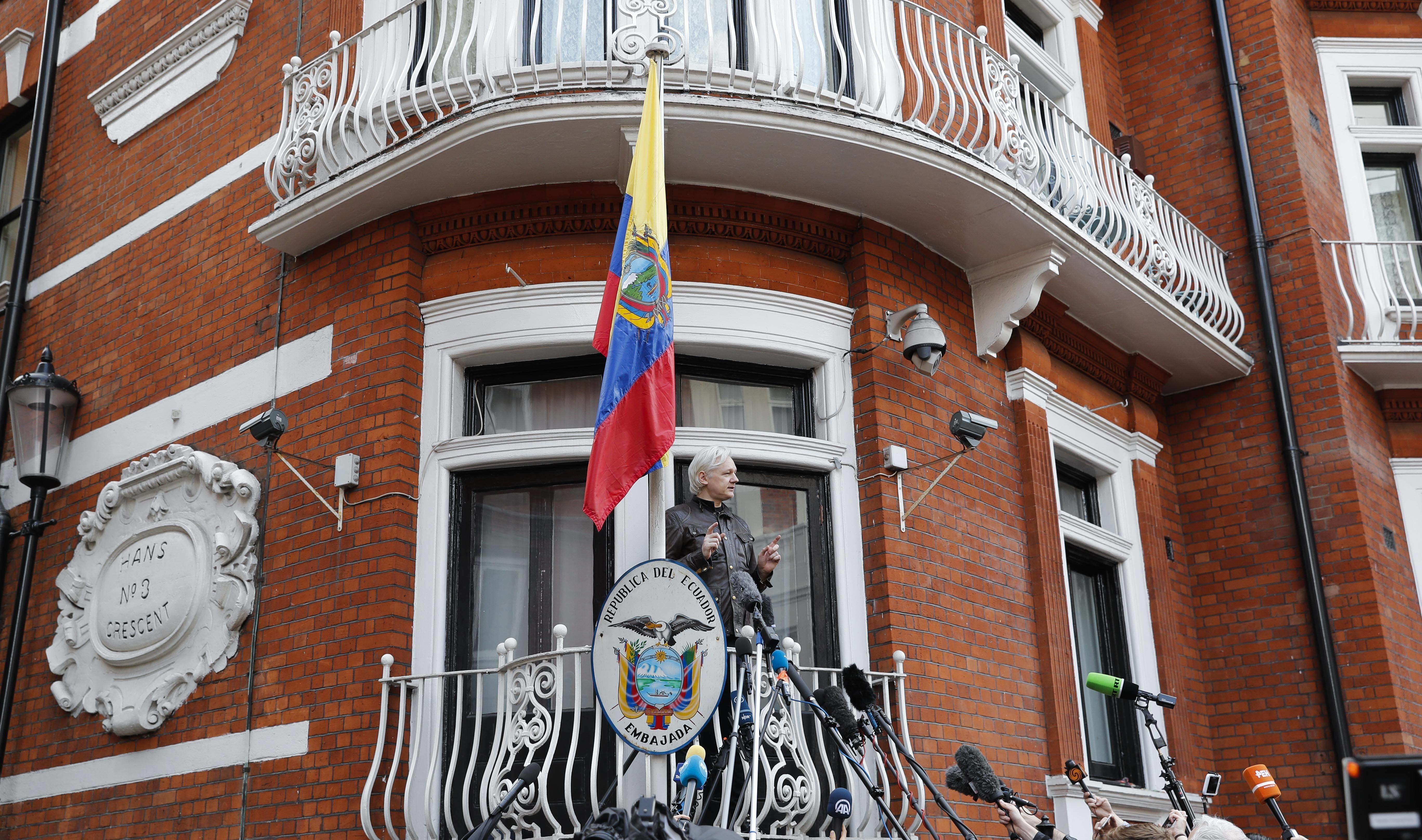 Ассанжа хотят выгнать изпосольства Эквадора из-за нежелания мыться