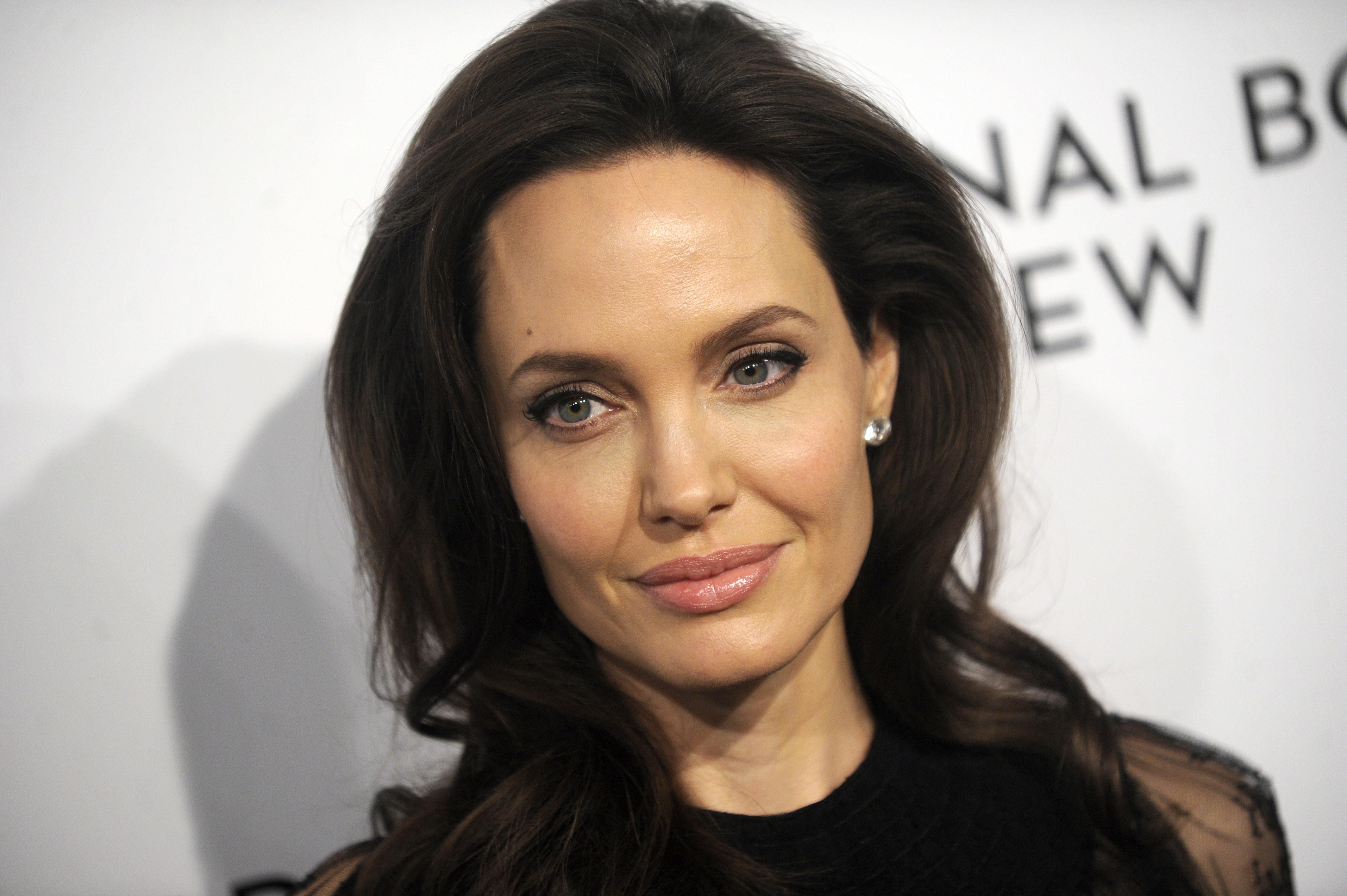 Анджелина Джоли сходила с детьми в Лувр анджелина джоли
