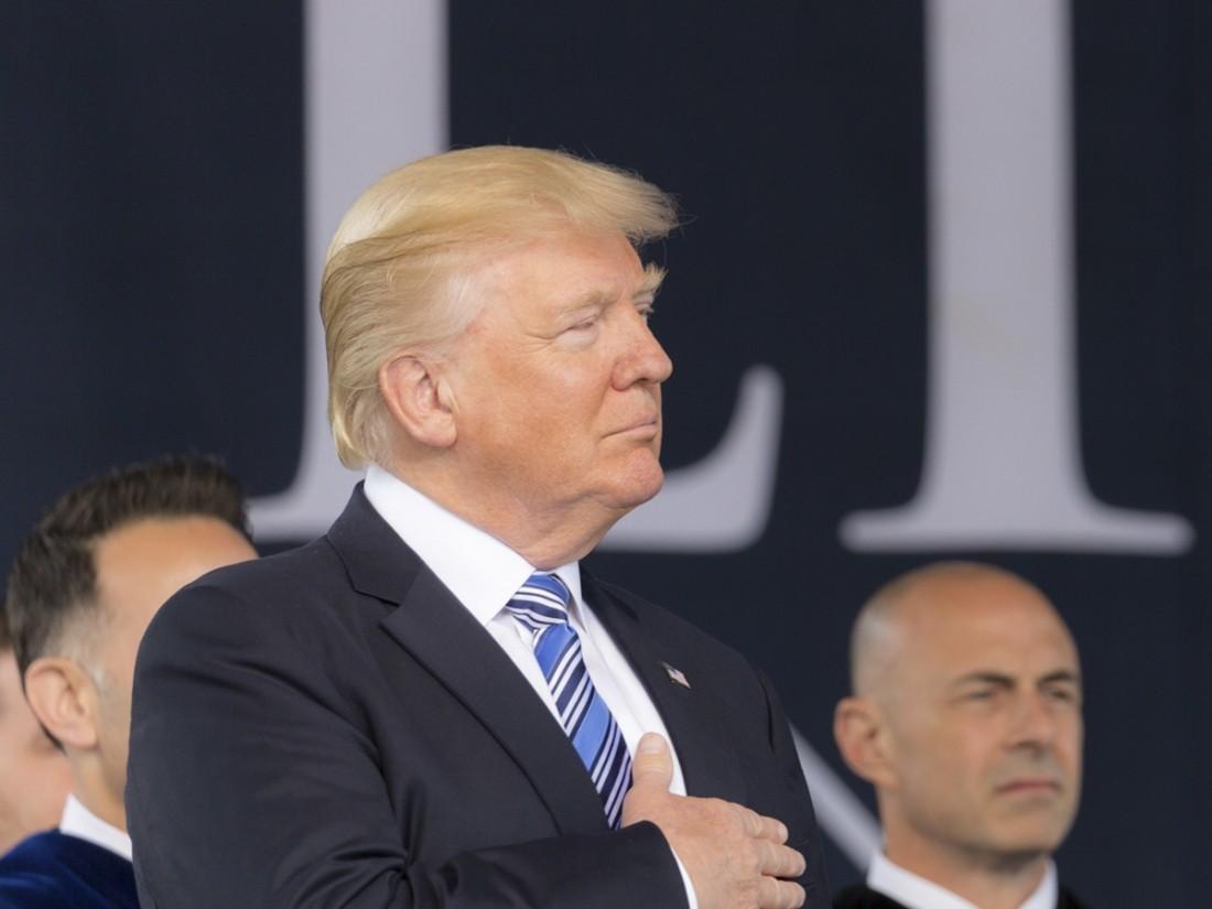 В Трампа бросили телефон во время выступления