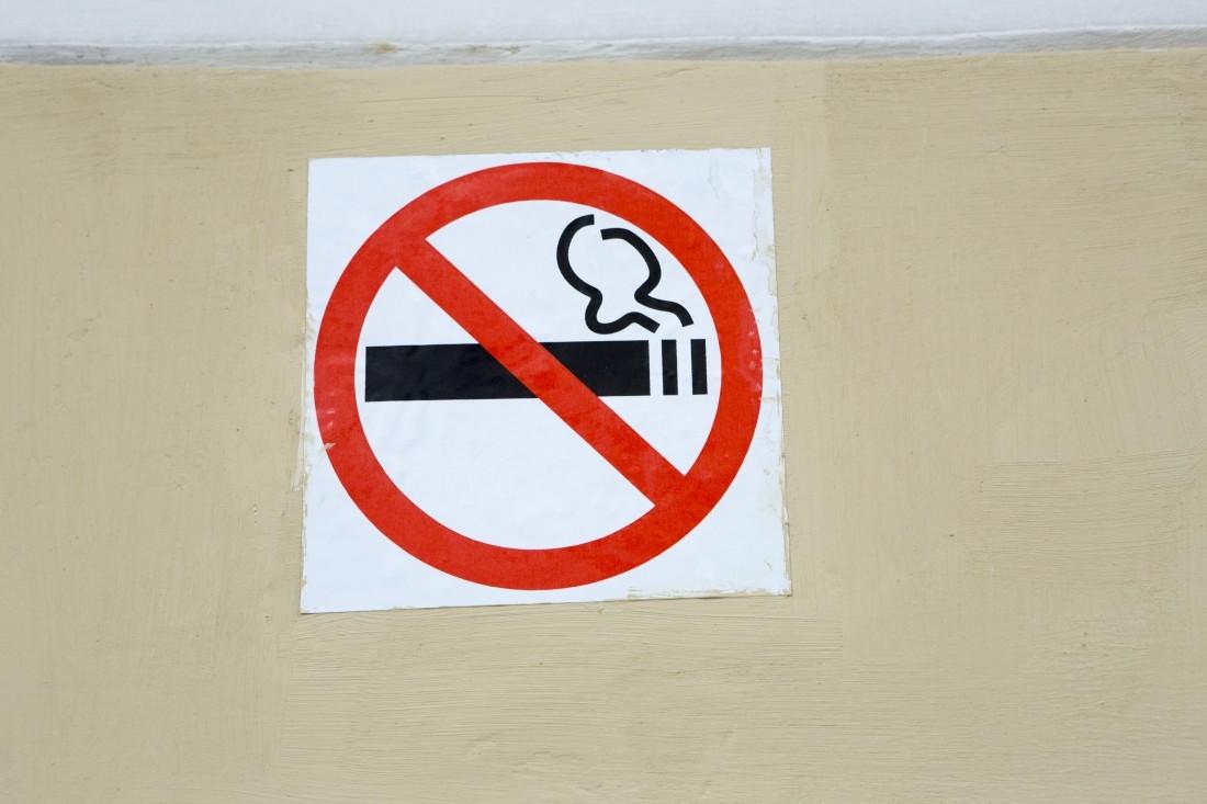 Минздрав запретит курить около подъездов.