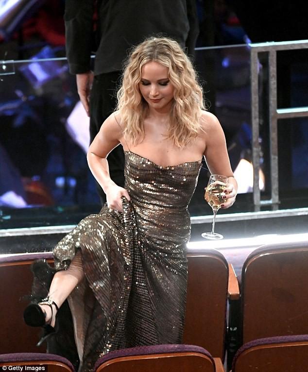 «Непролила никапельки шампусика!» вглобальной паутине высмеяли пьяную Лоуренс на«Оскаре»