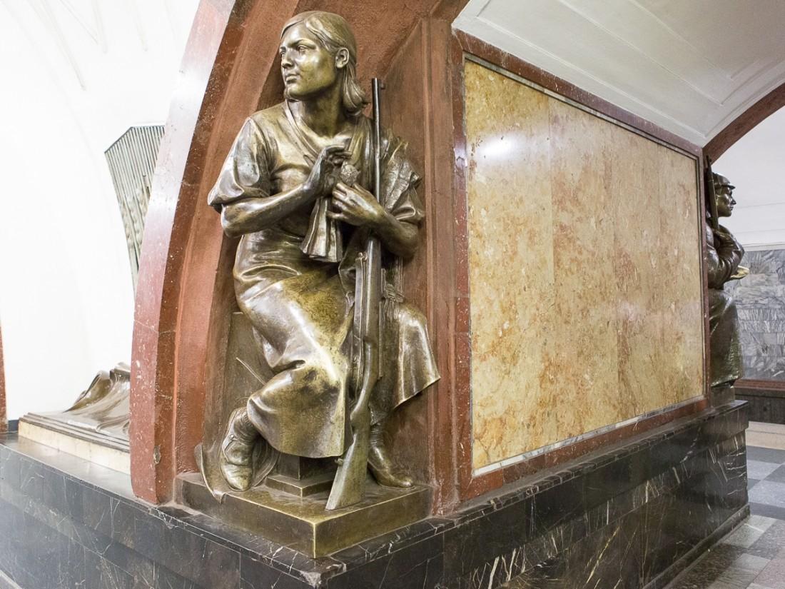 Популярные скульптуры настанции метро «Площадь революции» в столицеРФ отреставрируют