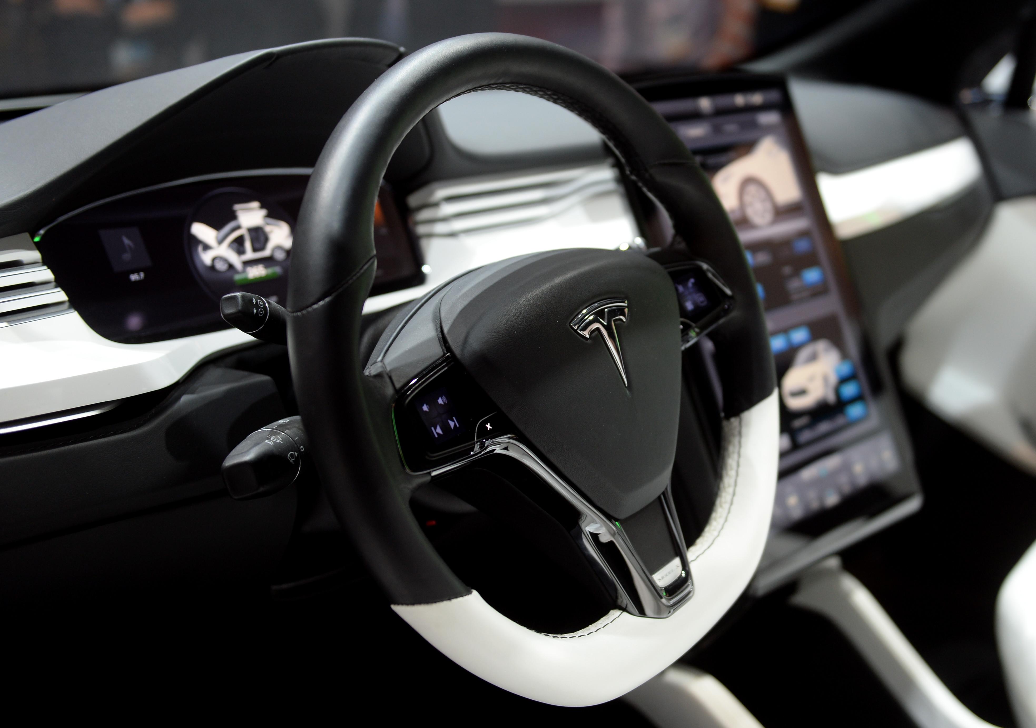 Tesla на автопилоте убила водителя и взорвалась