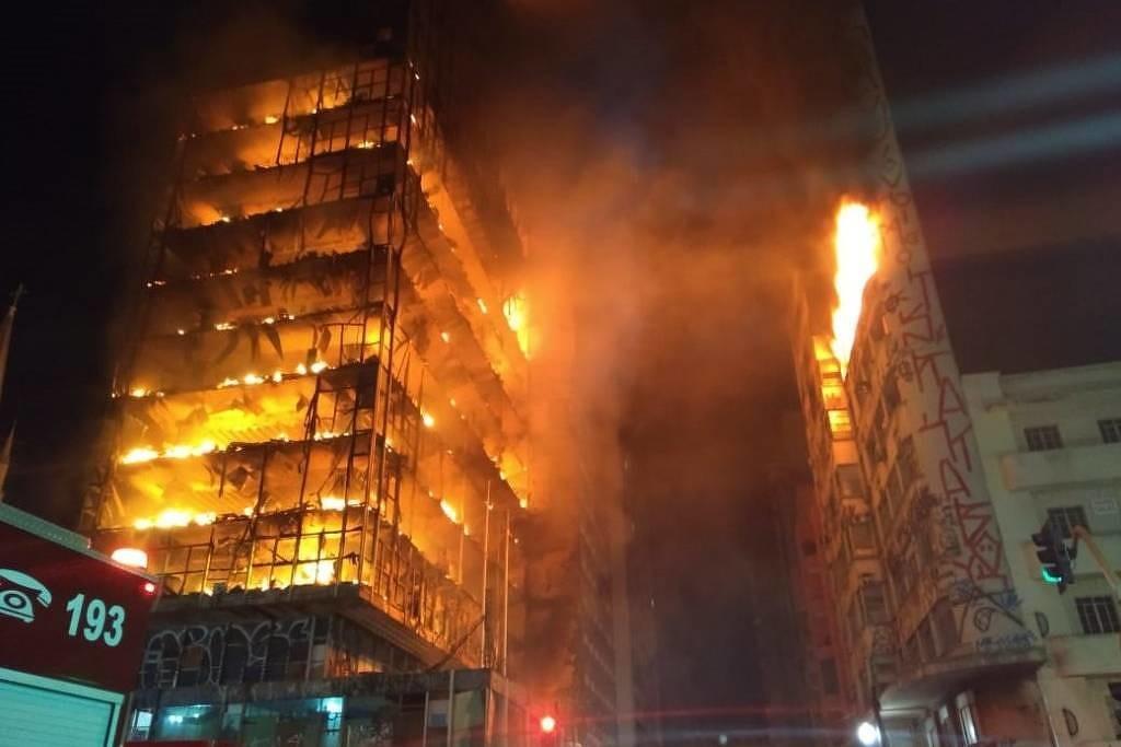 Вцентре Сан-Паулу рухнул горящий небоскреб