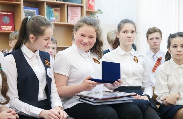 Шестиклассница изВладивостока спасла ребенка от смерти нарельсах