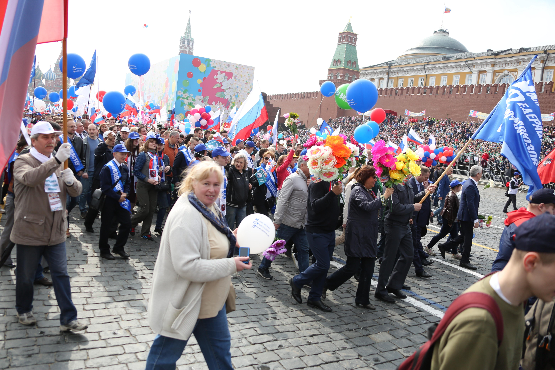 Цветы и улыбки: в первомайской Москве звучат патриотические песни