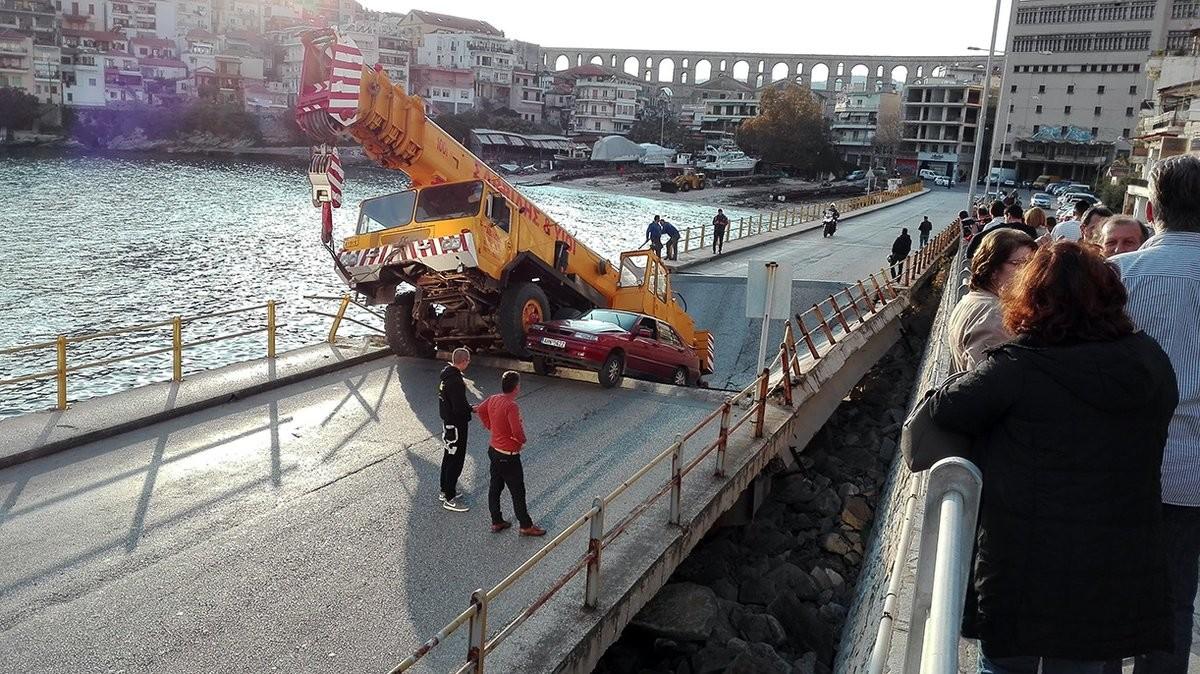 ВГреции мост обвалился под тяжелым автокраном