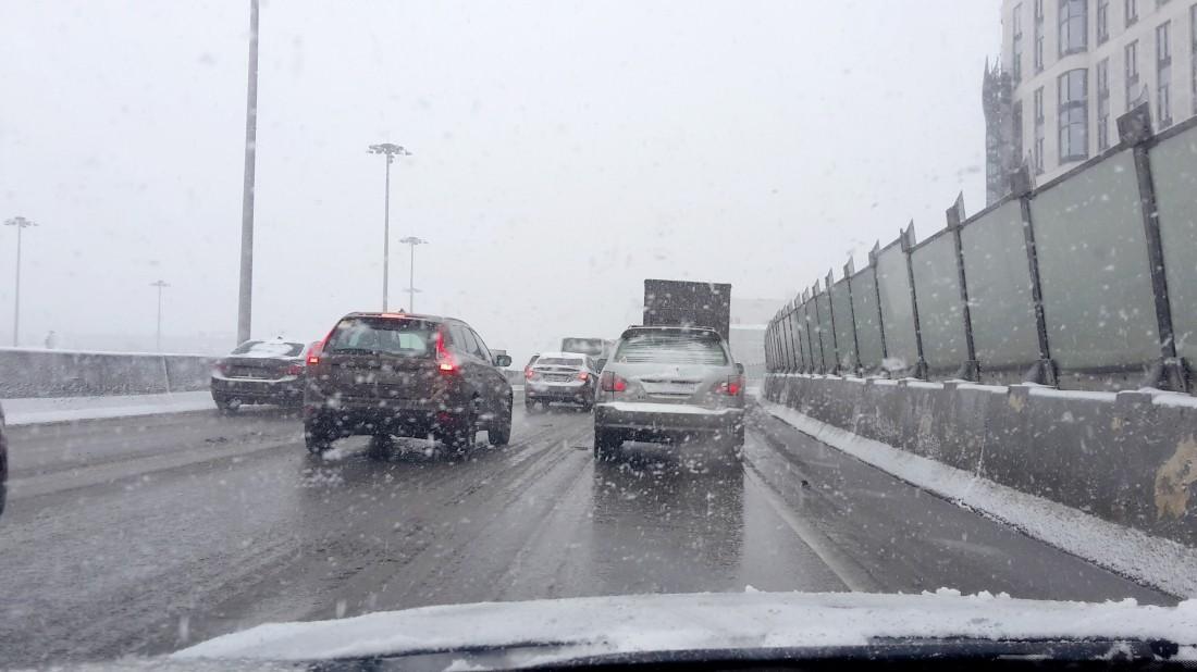 Синоптики предупредили жителей столицы омокром снеге искользких трассах