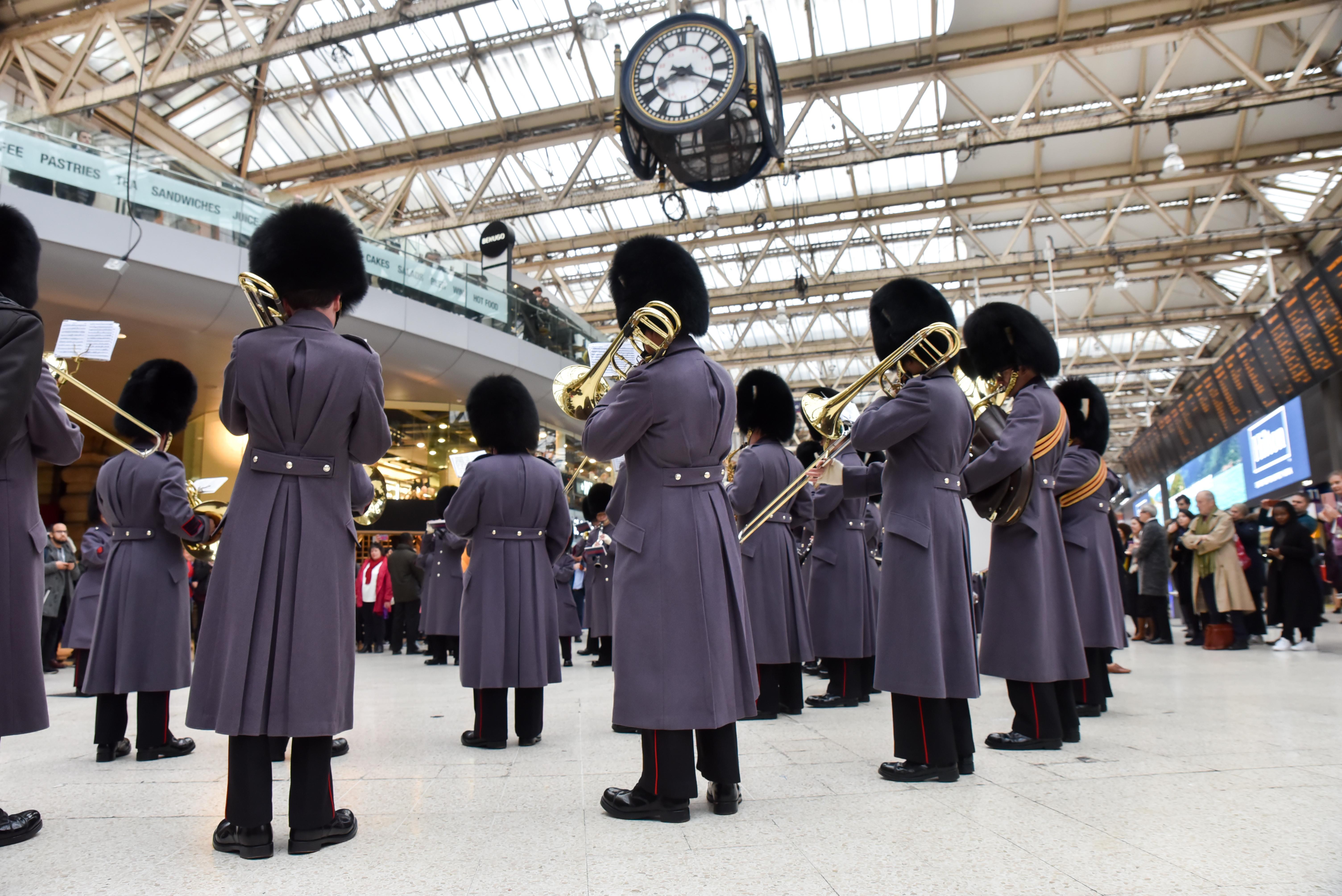 Королевская гвардия Англии  исполнила легендарную «Богемскую рапсодию»