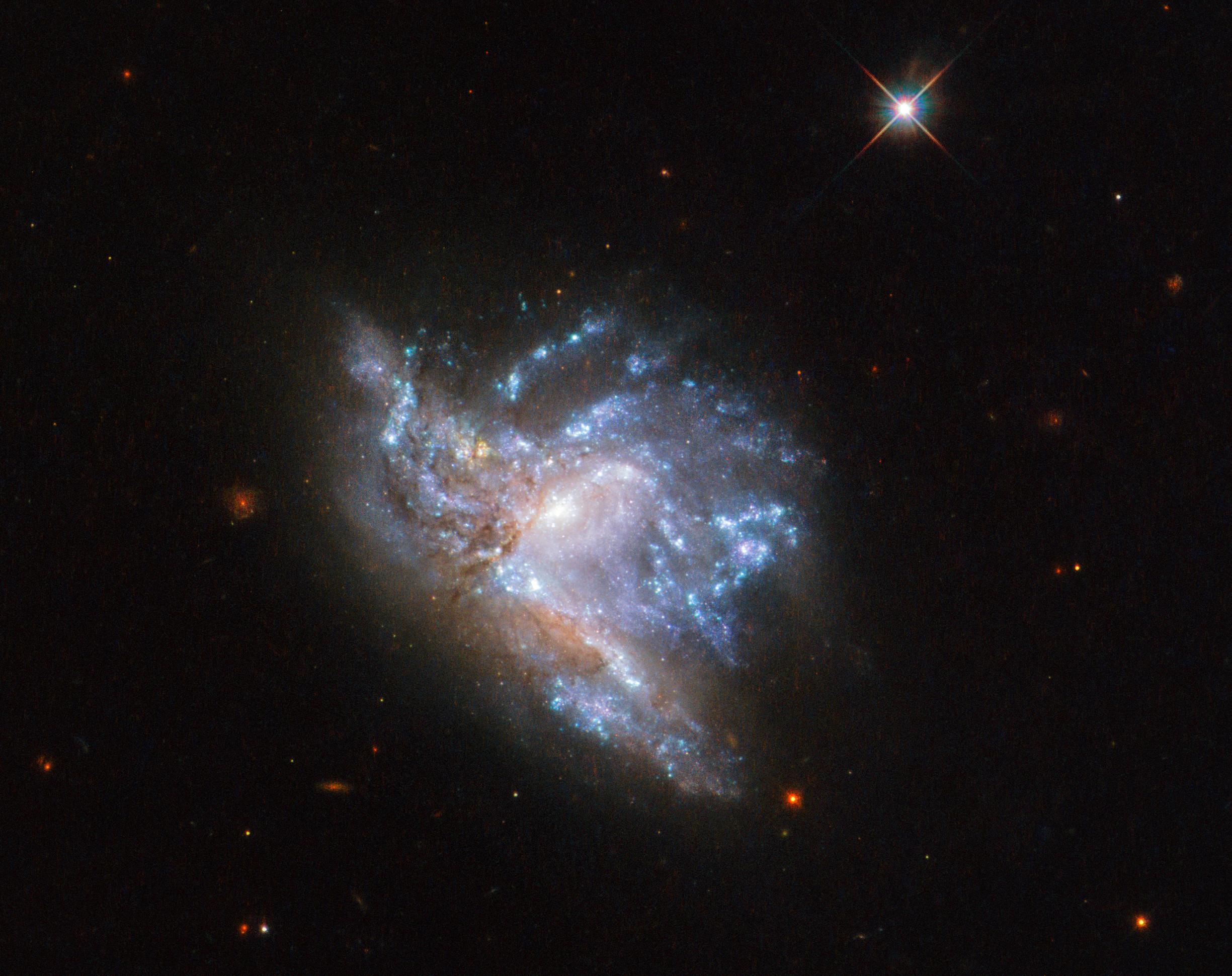 NASA показало столкновение 2-х галактик нафото