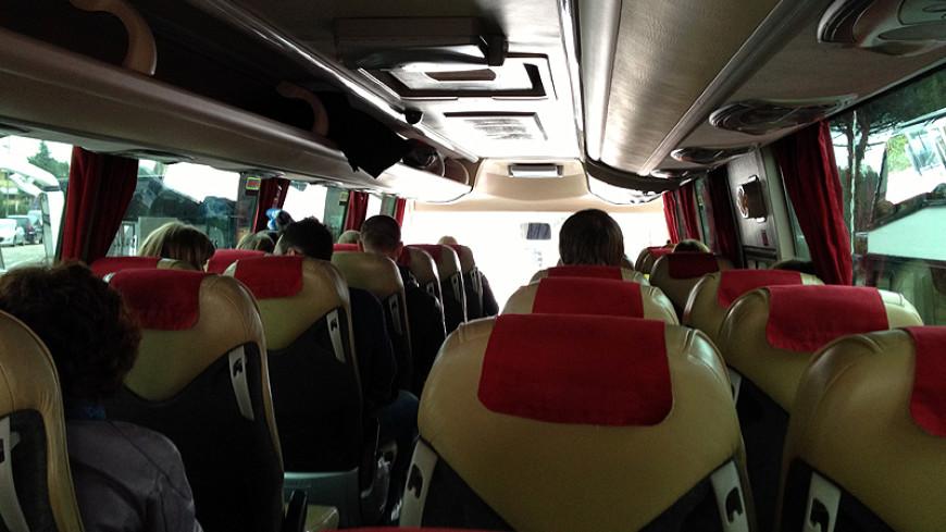 Водитель автобуса в США шокировал пассажиров чтением газеты за рулем