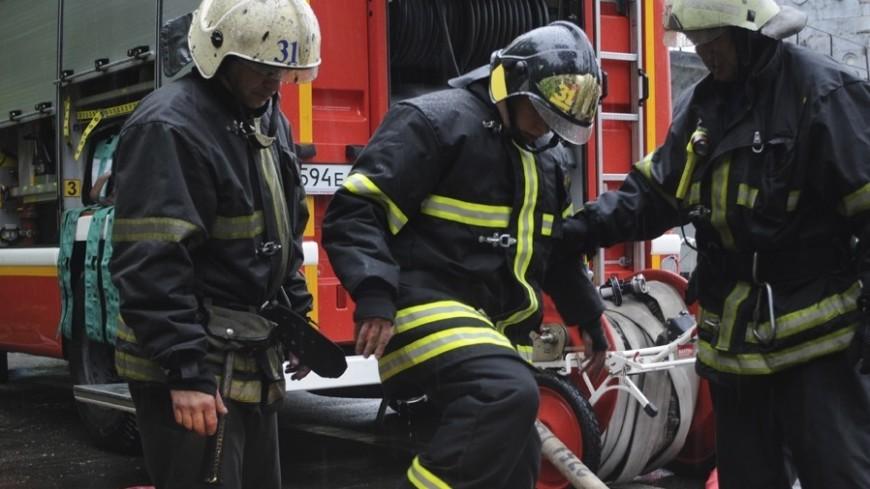 Пожарные проводят проливку сгоревших конструкций рынка в Нальчике