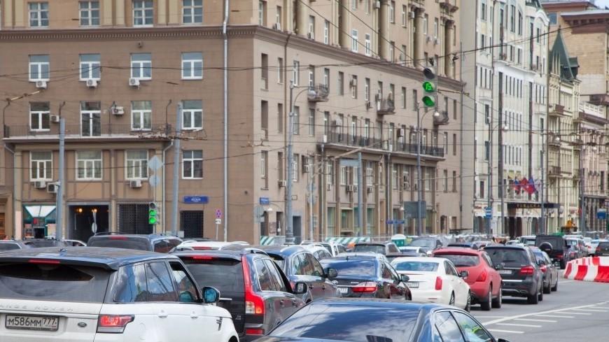Водитель иномарки в Москве протаранил автобус и скрылся