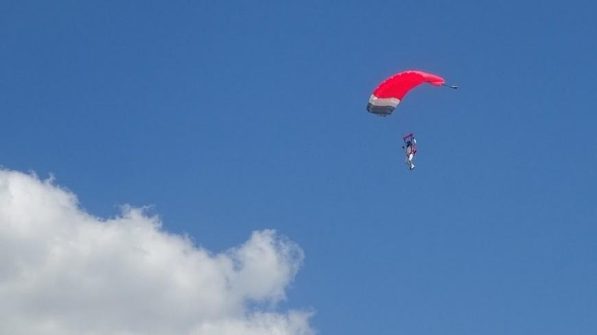 Экстремал едва успел поймать ветер при прыжке с многоэтажки
