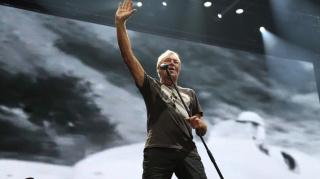 Фронтмен группы Rammstein Тилль Линдеманн выступил на Красной площади с оркестром
