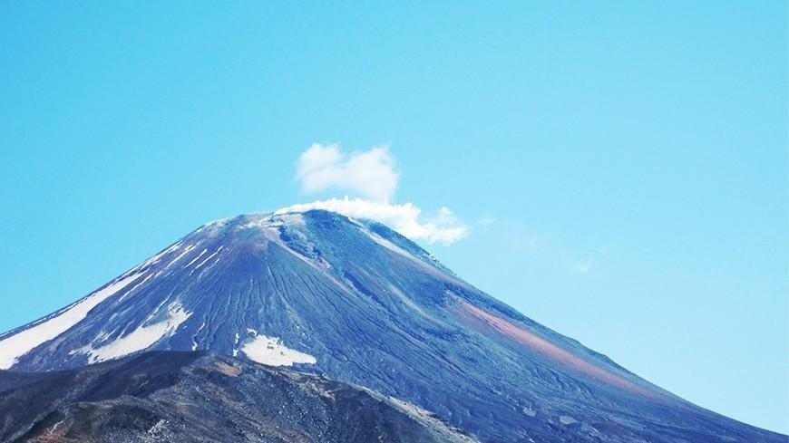 Вулкан Эбеко на Курилах выбросил пепел на 2,5 км